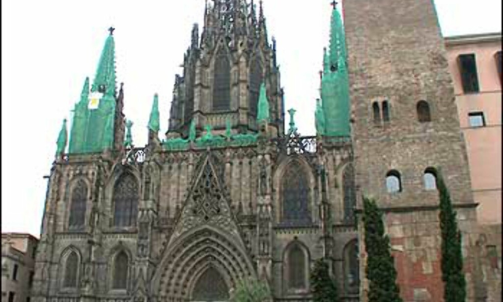 I gamlebyen ligger den gotiske katedralen som ble påbegynt i 1298. Fasaden ble først fullført i 1889, og det sentrale tårnet i 1913. Nå renoveres deler av fasaden.