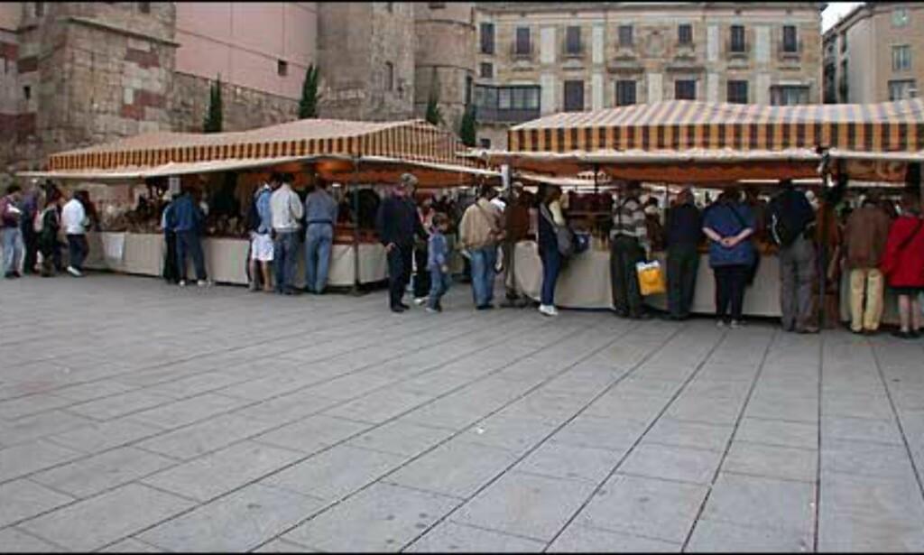 Marked med alt av små rariteter og junk lokker på turisteuroene foran katedralen på Placa de la Seu.