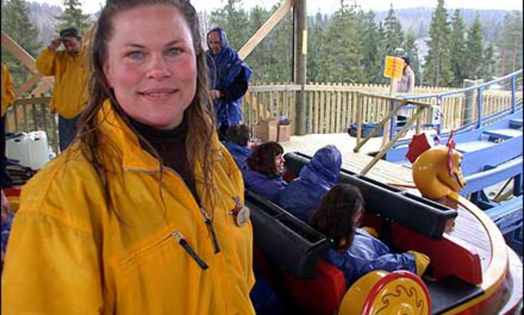 En fornøyd parkdirektør, Linda Bernander Silseth, etter de første, våte prøveturene med SuperSplash.