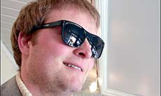 Øyet kan bli lurt av mørke briller, dersom de ikke beskytter mot stråling. Med god UV-beskyttelse er det selvsagt en fordel med mørke briller når lys og stråling er sterk.