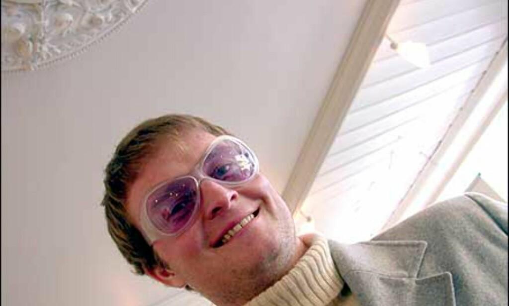 """Jan Erik prøver råbillige og ville """"insektbriller"""".  Butikk: Elton Optikk"""