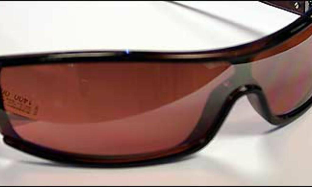 Burberry har flere briller der det velkjente rutetemaet går igjen på diverse subtile vis. Her er det svake ruter på metallhengslene.  Butikk: Interoptik, Vika Torvet