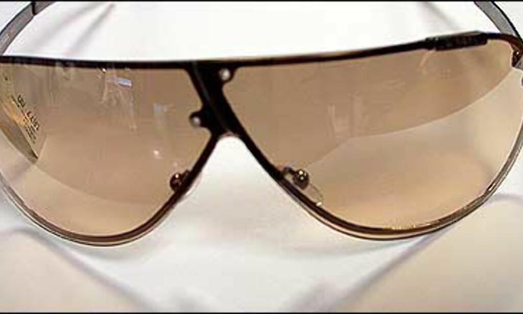 Merk innfatningen over nesen - spesiell detalj på denne brillen fra Diesel. Graderte glass med litt speileffekt.  Butikk: Interoptik, Vika Torvet