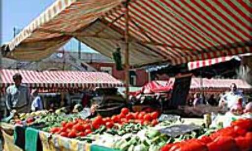 Fruktmarked i Nice - en by som har både småbysjarm og storbytilbud, samt perfekt beliggenhet ved Middelhavet.