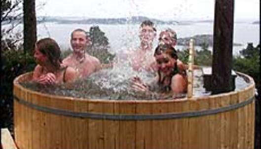 Badestamper med vedfyrt varme gir plaskemuligheter utendørs selv i minusgrader. Denne er fra Grimstadstampen.no. Foto: Grimstadstampen.no