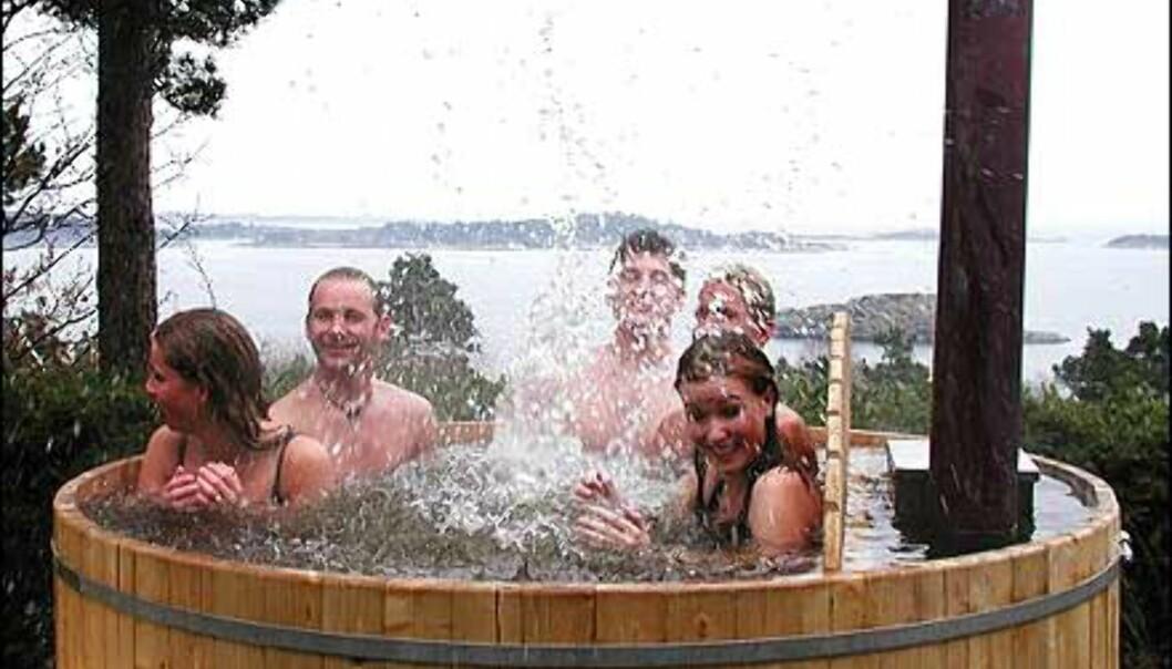 Med vedfyrt badestamp kan du ta deilige utendørsbad, selv midt på vinteren. Regn med 2-3 timer for å fyre opp en stamp fra 6-7 grader til 40 grader. <br /> <br /> <br /> <br /> - Vi kan levere ferdigbygde stamper på en uke, sier Per Kristian Kaarvang, styreforman i Daland og Kaarvang Industrier, som lager og selger Grimstadstampen.<br /> <br /> <br /> <br /> Ordinær pris på en stamp i gran med plass til 8-9 personer er 18.900 kroner. Frakt kommer i tillegg - regn med en tusenlapp eller så. <br /> <br /> <br /> <br /> - Vi har akkurat nå (slutten av februar) et tilbud på 25 stamper i denne typen til 15.990 kroner, forteller Kaarvang til DinSide.<br /> <br /> <br /> <br /> <I>Foto: Grimstadstampen.no</I> Foto: Grimstadstampen.no