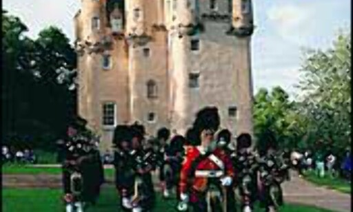 Craigievar Castle med Lonach Highlanders. Foto: Aberdeen and Grampian Tourist Board Foto: Aberdeen and Grampian Tourist Board