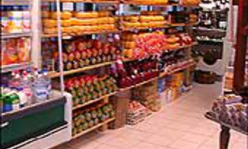 Edamer og Gouda i stabler for den som vil handle suvenirer til kjøleskap og matfat.