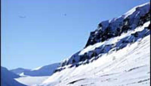 Longyearbyen er omkranset av merkelige fjellformasjoner, og innover dalen ser vi Longyearbreen.<br /> <I>Alle foto: Kristin Sørdal</I>