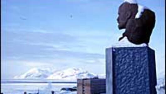 Lenin skuer ut over Barentsburg.