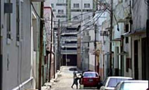 - Da jeg gikk gjennom her fikk jeg streng instruks fra en hyggelig forbigående om at jeg ikke måtte gå i denne tomme gaten. Her, i denne gaten, skjer det mye kriminelt, sier Povea. Foto: Rilito Povea Foto: Rilito Povea