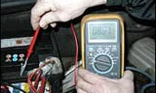 Fuktighet og skitt stjeler strøm når bilen står stille. Måleapparatet skulle vist null, men hele 8 volt tappes på dette batteriet. Ikke rart at batteriet er tomt etter påske!