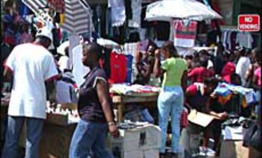 Ulovlig gatesalg og kaos preger bybildet i Downtown Kingston. Foto: Rilito Povea