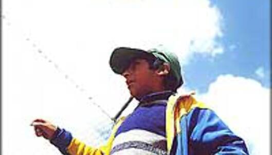 Mario, 15 år, selger hjemmelaget godteri ved Ticlio, 4.800 meter over havet.<br /> <I>Foto: Inga Holst</I>