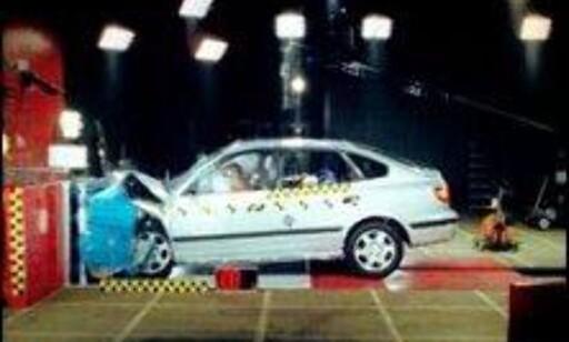 STORT FORBEDRINGSPOTENSIALE: Hyundai Elantra oppnådde kun 6 poeng i frontkollisjonstesten. Blant annet slo føreren hodet i rattet.
