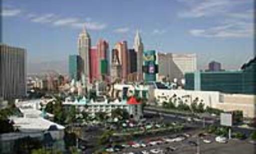 INPIRASJON: Las Vegas har tillatt seg hente inspirasjon andre steder. Byen kans kilte med en enorm egyptisk pyramide, Eiffeltårn og New Yorks skyline som her fra Hotel New York, New York. Foto: Bjørn Eirik Loftås