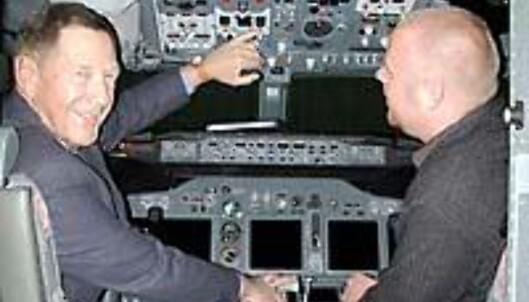 <strong>KAPTEIN THRYGG:</strong> Flykaptein Thrygg prøver å berolige ung, redd journalist.