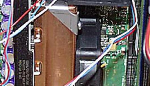 Kjøleribber av kobber og to vifter sørger for effektiv kjøling av prosessoren