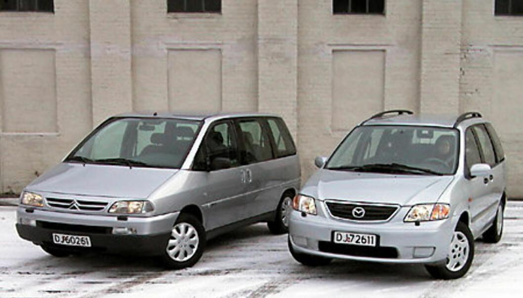 Stort bilde av bilene forfra
