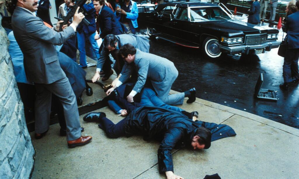 DRAMA: Drapsforsøket på daværende president, Ronald Reagan, utenfor Washington Hilton Hotel i den amerikanske hovedstaden i mars 1981. Reagans pressetalsmann, James Brady og politimannen Thomas Delahanty ligger skadde på bakken. Foto: NTB Scanpix