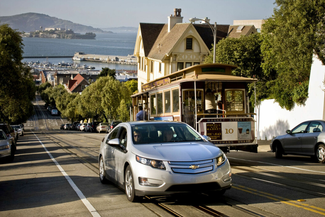 A pre-production Chevrolet Volt passes a trolley while navigating the steep climbs of the San Francisco Bay area while on an engineering development drive Saturday, April 25, 2010 in San Francisco, California The Volt will be available in California during the last quarter of 2010. (Photo by Martin Klimek for Chevrolet) Foto: Chevrolet