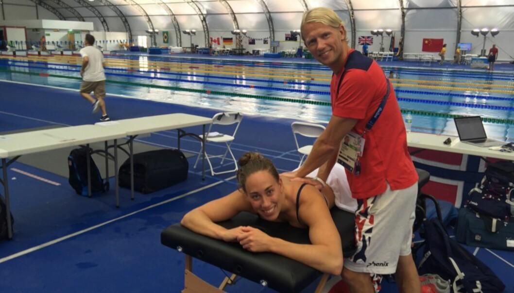 <strong>FÅR BEHANDLING:</strong> Sarah Louise Rung sammen med fysioterapeuten Stian Rosnes.&nbsp;