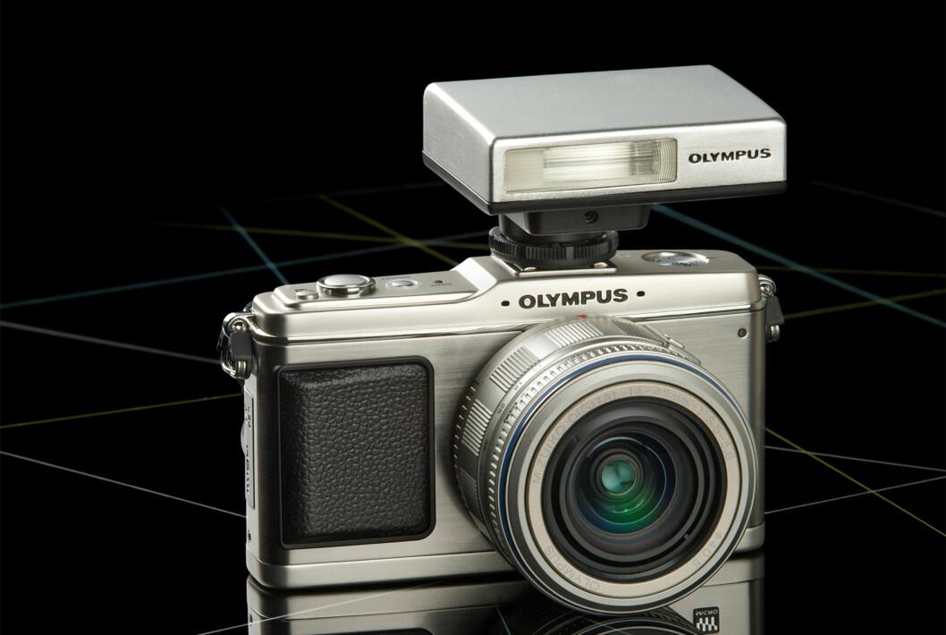 Olympus PEN E-P1 er verdens minste systemkamera; på bildet påmontert ekstern blits (ekstrautstyr).