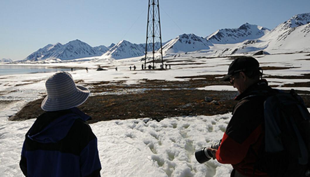 Masten som Roald Amundsen bandt fast luftskipet Norge i ligger rett på utsiden av Ny-Ålesund. Stedet har vært utgangspunkt for en rekke ekspedisjoner inn i Arktis.  Foto: Hans Kristian Krogh-Hanssen