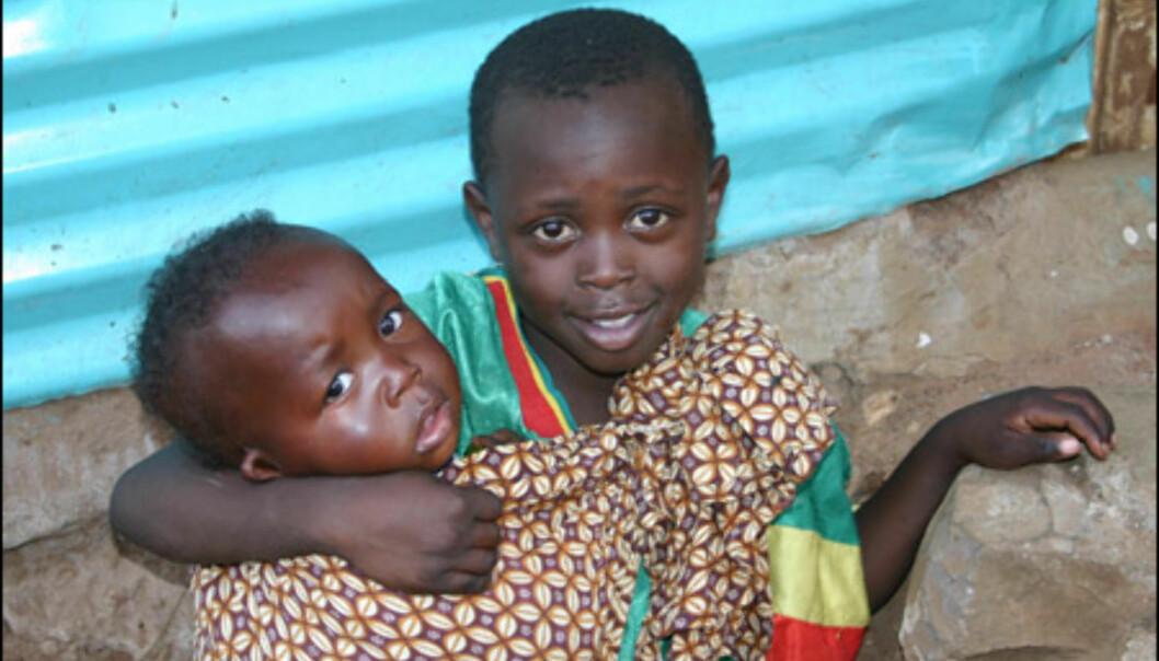 Denne lille gutten bærer lillesøster på ryggen.