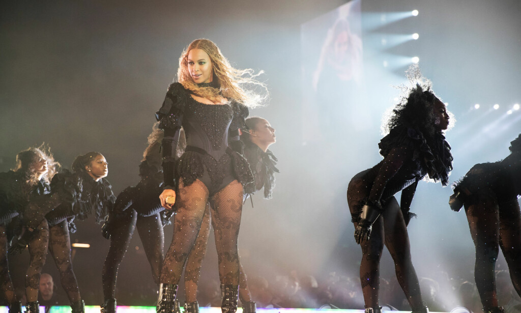 FRIERI: Beyonce hjalp en av danserne til å fri til kjæresten sin, som er kapteinen i Beyonces dansetropp, under showet i St. Louis. Konserten var en del av «The Formation World Tour». FOTO: Daniela Vesco / NTB Scanpix