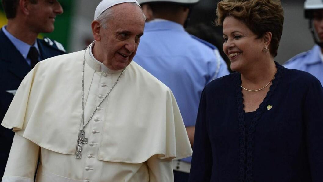 HJEMME:  Pave Frans mottas av president Dilma Rousseff i Rio de Janeiro i Brasil. Den første latinamerikanske paven dro på si første reise til utlandet til Latin-Amerika og til det landet med flest katolikker i verden. Foto: AFP / Scanpix / YASUYOSHI CHIBA