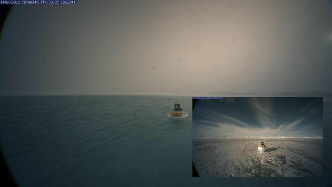 FORSVANT: Før- og etterbilder fra den arktiske isen har gått verden rundt den siste uka. Fotografiene, som er tatt med webkamera av forskere ved North Pole Environmental Observatory (NPEO), viser at det i løpet av noen få dager dannes en svær «innsjø» med smeltevann oppå havisen. Den 29. juli forsvant den i en sprekk i isen og ut i sjøen. Foto: NPEO