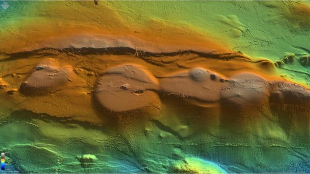 PÅ REKKE OG RAD: Her er et kart over en rekke vulkaner som ble oppdaget omkring 150 km vest for Jan Mayen nå i sommer. De grunneste vulkanene i dette området ligger kun 20 meter under overflaten. I dette området kan det dannes nye norske øyer ved neste vulkanutbrudd. Foto: Senter for Geobiologi, Universitetet i Bergen