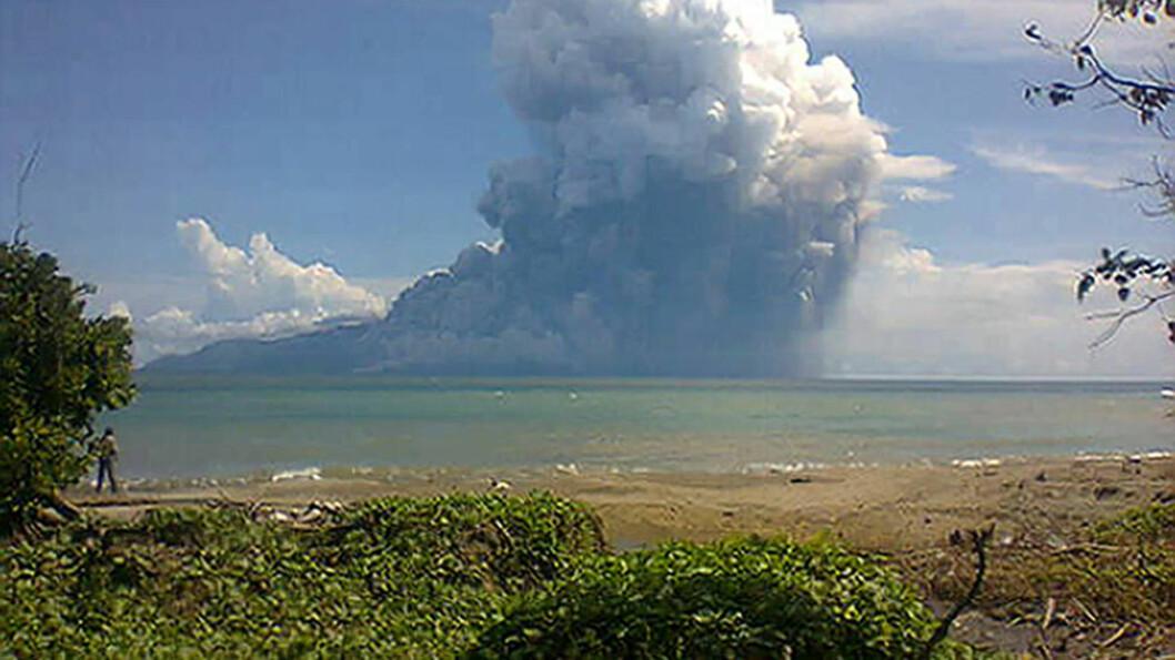 UTBRUDD: Vulkanen Rokatendas utbrudd var godt synlig fra en nærliggende strand. Bildet er tatt med mobiltelefon. Foto: AFP / SCANPIX