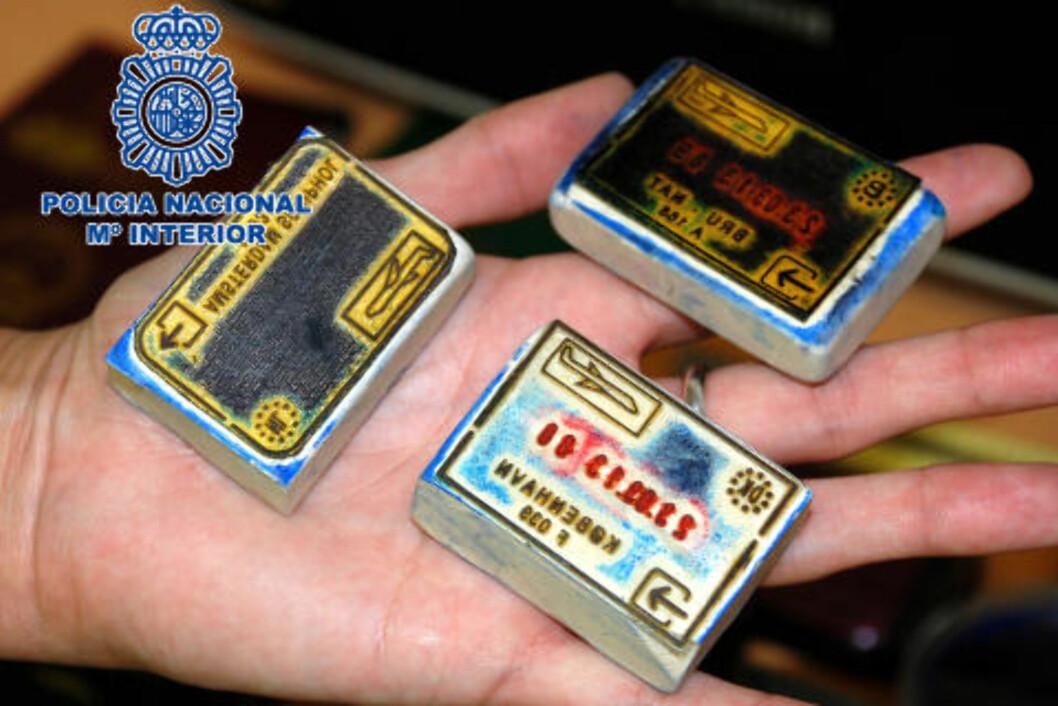 <strong>STEMPLER:</strong> Blant det store politibeslaget er 22 stempler, brukt i produksjonen av falske reisedokumenter. Foto: SPANSK POLITI / DET SPANSKE INNENRIKSDEPARTEMENTET / AFP / NTB SCANPIX