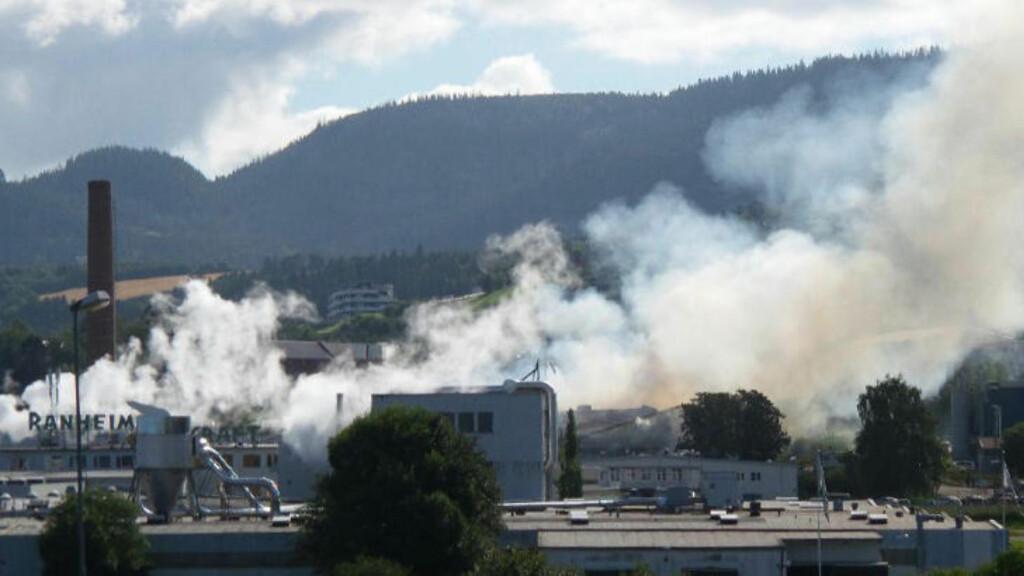 VURDERER EVAKUERING: . Eksplosjonsfare gjør at brannvesenet vurderer evakuering av området rundt lageret på Peterson Packing som står i brann.  Foto: Joakim Halvorsen / NTB scanpix