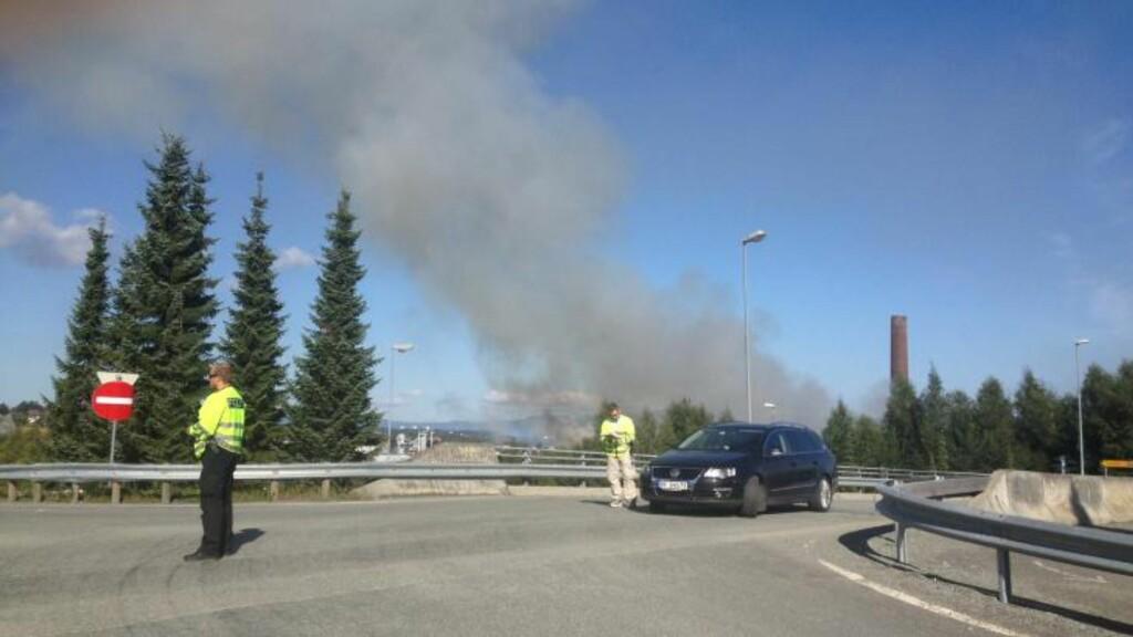 KRAFTIG BRANN:  Et stort område rund papirfabrikken er røyklagt av brannen. Foto: Tor Aage Hansen
