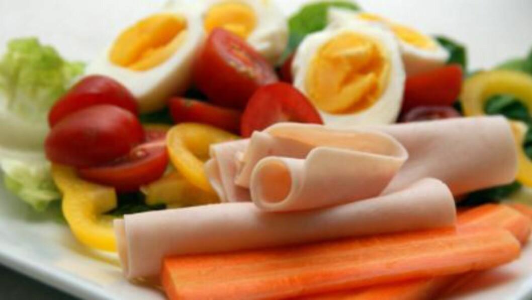<strong>LITT AV HVERT:</strong> Miks egg, salat og kalkunskinke. Dette gir få kalorier og metter en stund. Foto: Kristine Økern