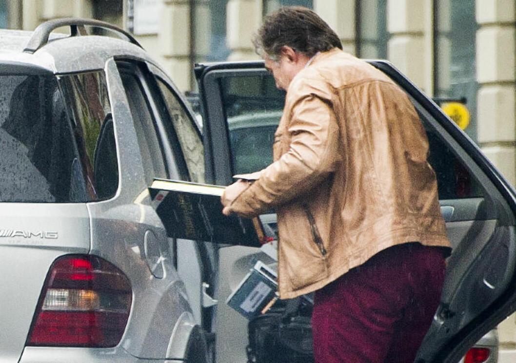TILHOLD I SPANIA: Toe Anders Petterøe (59) ankom konkursboet i en spanskregistrert Mercedes ML63 AMG. Med sine 525 hestekrefter koster farkosten fra to millioner kroner i Norge - før ekstrautstyr. Pettterøe hevder han ikke selv eier bilen. Foto: John T. Pedersen / Dagbladet