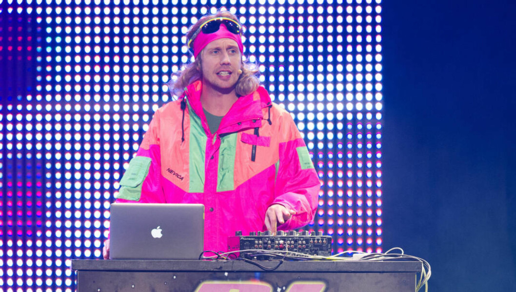 <strong>DJ DAN(MARK):</strong> Iført neon og parykk opptrådte Morten Ramm på den danske komiprisutdelinga på søndag, som den snakkesalige diskjokken DJ Dan(mark). Her fra en opptreden under showet «Kan Morten Ramm fylle Oslo Spektrum?». Foto: Stella Pictures