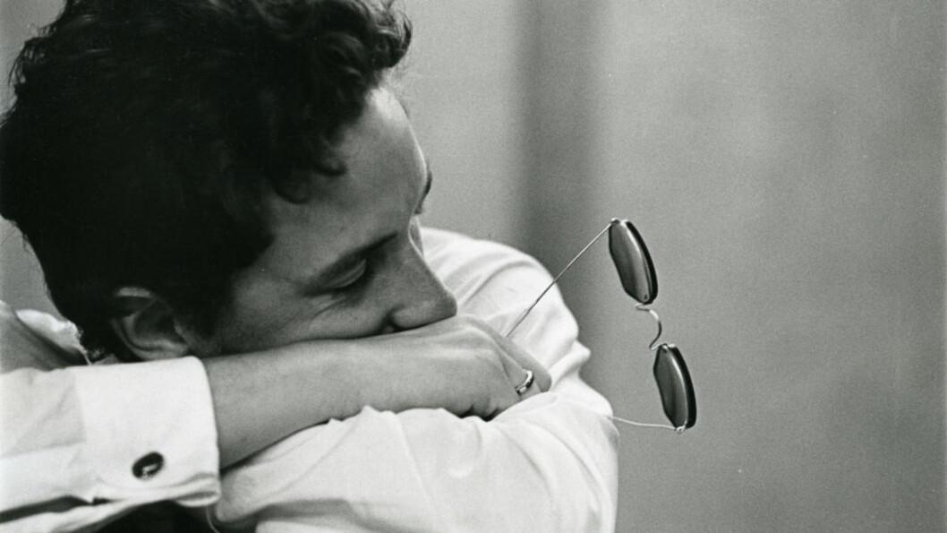 SKITT ELLER KANEL? «Sangene er mitt leksikon og min bønnebok. Jeg tror på sangene», har Bob Dylan sagt. «Self Portrait» var det første eksemplet der Dylan brukte den amerikanske sangboka aktivt som livbøye i brytningstid. Det var den musikken han kom fra — folk, blues og country. Å spille de gamle sangene gjorde ham alltid godt. Foto: Sony Music