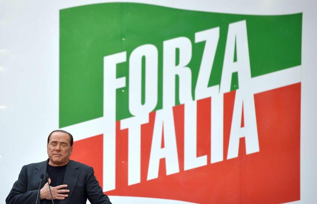 HEIA ITALIA! Men mest er det «Heia Silvio!» det dreier seg om nå. Den tidligere statsministeren kjemper for å redde sitt politiske liv, som kan være slutt dersom han blir fratatt setet i Senatet. Etter loven kan han ikke stille til valg i seks år. Foto: AFP / Scanpix / GABRIEL BOUYS