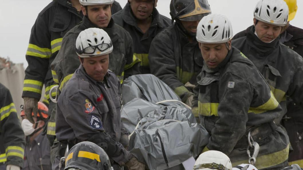 SEKS OMKOMNE: Tallet på omkomne fortsetter å stige. Brannmannskaper har så langt reddet ut seks personer av den kollapsede bygningen. Foto: AFP / NELSON ALMEIDA / NTB Scanpix