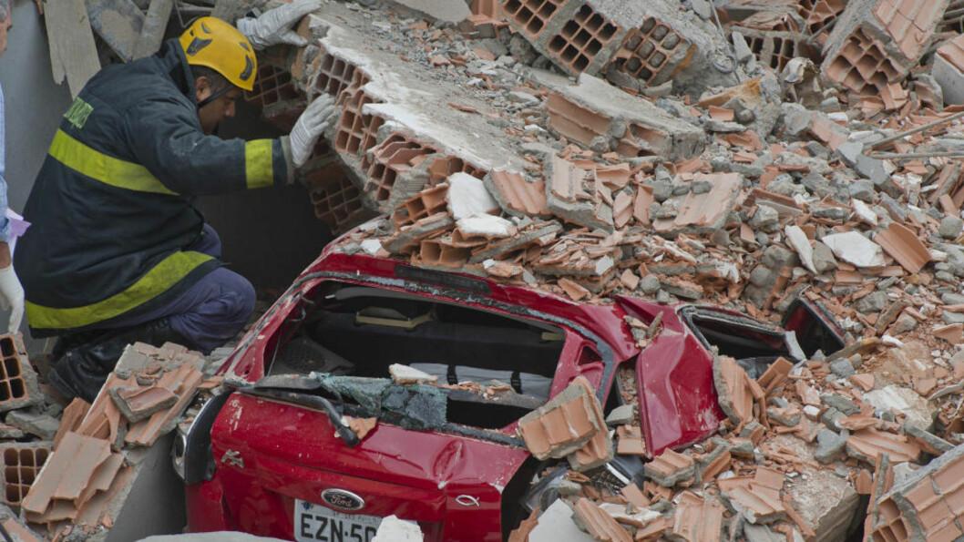 LETER: En brannmann leter etter overlevende i ruinene, etter at en bygning kollapset og tok livet av minst seks personer i Sao Paulo, Brasil. Foto: AFP / NELSON ALMEIDA / NTB Scanpix