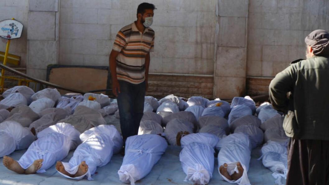OVER TUSEN DØDE: Aktivister tar hånd om flere av de over tusen menneskene som onsdag forrige uke ble drept i nervegassangrepet. Her i Ghouta-området i Damaskus. Foto: REUTERS / Bassam Khabieh / NTB Scanpix