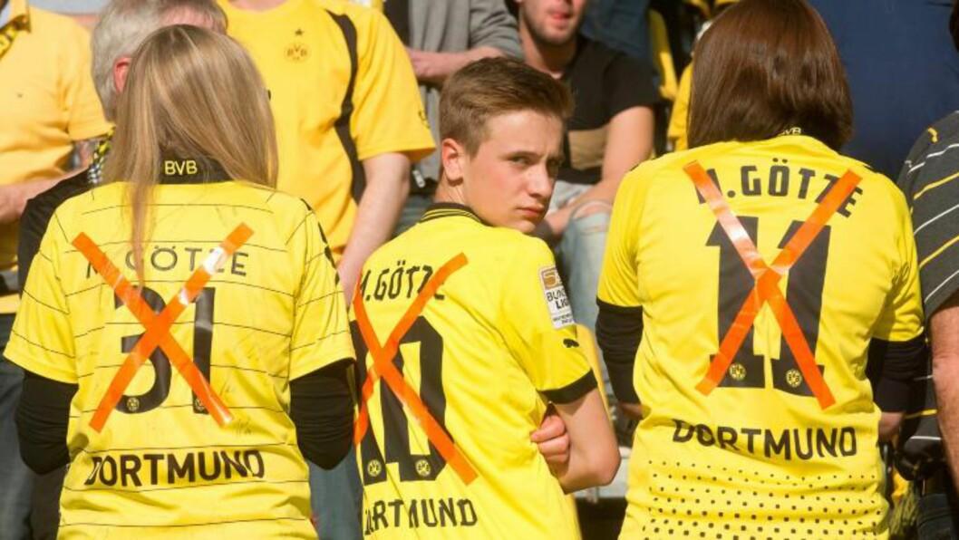<strong>FERDIGE MED IDOLET:</strong> Disse unge Dortmund-supporterne viste sin tydelige mening om sitt tidligere idol da Dortmund møtte Bayern München i seriekamp i går.Foto: EPA/BERND THISSEN