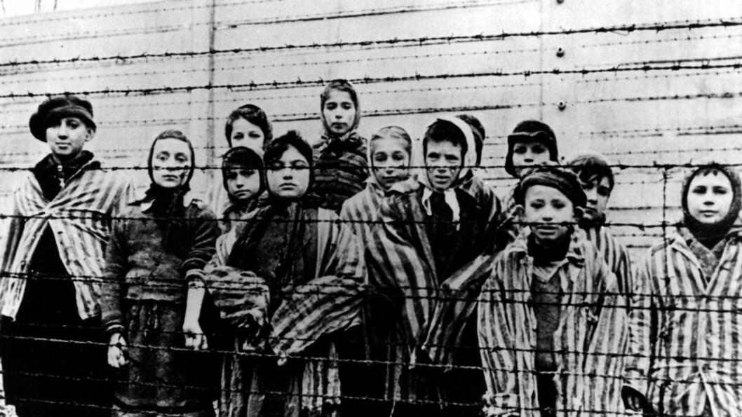 <strong> VAKTSTRID:</strong>  Tysk påtalemyndighet ønsker å straffeforfølge Hans Lipschis (93) for å ha vært vakt ved konsentrasjonsleirene i Auschwitz. Selv hevder han å ha vært kokk. Bildet viser barn i  Oswiecim-leiren kort tid før frigjøringen i 1945. Foto: AP Photo/CAF pap