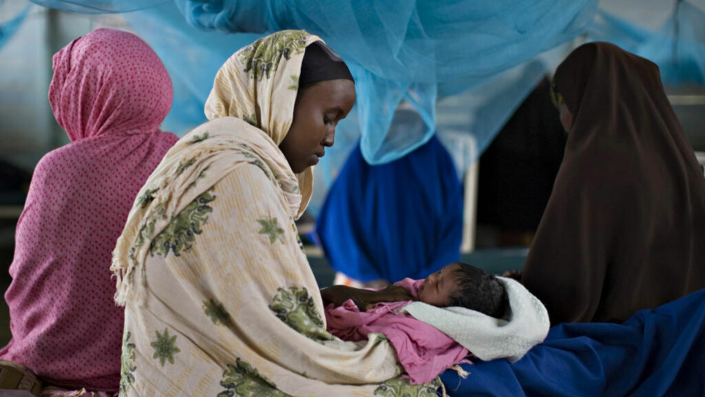 NYFØDT: Her holder Sahro Asad Hassan (19), en somalisk flyktning, sitt nyfødte barn på en klinikk i Dadaab, nordøst i Kenya. Hun flyktet fra sitt hjemland på grunn av uroen i 2009. Nå viser en ny rapport at hjemlandet hennes er det farligste landet å bli født i. Foto: REUTERS/Finbarr O'Reilly/NTBScanpix