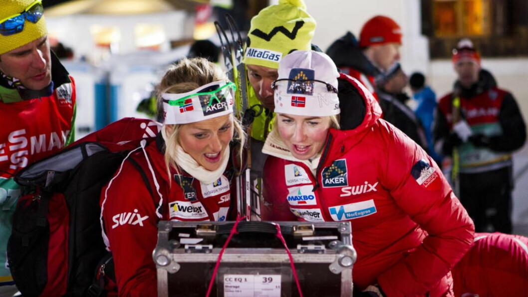 <strong>VIL HA ENDRING:</strong> FIS vil ha endring i TV-produksjonen i langrenn. Her ser Therese Johaug og Kristin Størmer Steira på en TV-skjerm under forrige sesongs Tour de Ski. Foto: Vegard Grøtt / NTB scanpix