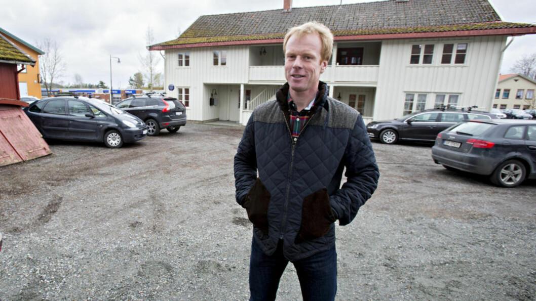 <strong>- FERDIG MED SAKEN:</strong> Bjørn Dæhlie risikerer blir i dag bøtelagt for den ulovlige nedhogginga ved denne tomta på Jessheim. Foto: Torbjørn Berg / Dagbladet